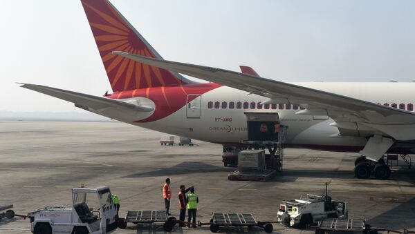 Airport workers load an Air India jet at the main terminal of the Indira Gandhi International airport in New Delhi on November 25, 2014 - Sputnik France