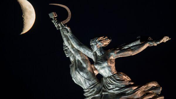 Le monument de l'Ouvrier et la Kolkhozienne à Moscou et la Lune - Sputnik France