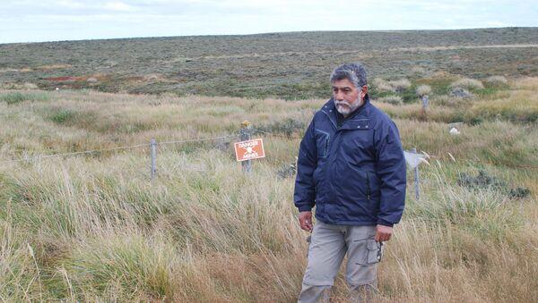 El excombatiente Armando González en un campo minado por el Ejército Argentino durante la Guerra de Malvinas - Sputnik France