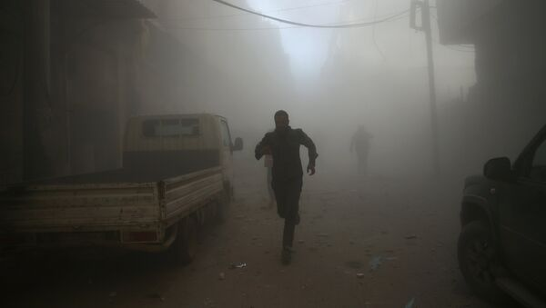 Men run at a site hit by airstrikes in the rebel held besieged Douma neighbourhood of Damascus, Syria - Sputnik France