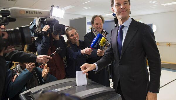 Der niederländische Regierungschef Mark Rutte gibt seine Stimme beim Ukraine-Referendum ab - Sputnik France