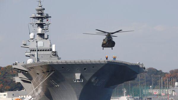 Un hélicoptère atterit à bord du destroyer porte-hélicoptère de la marine japonaise Izumo - Sputnik France