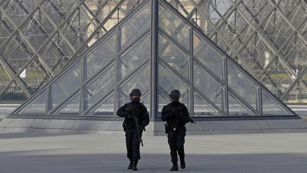 Des policiers près du Louvre - Sputnik France
