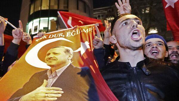 Ein Demonstrant vor dem türkischen Konsulat in Rotterdam (Niederlande). - Sputnik France