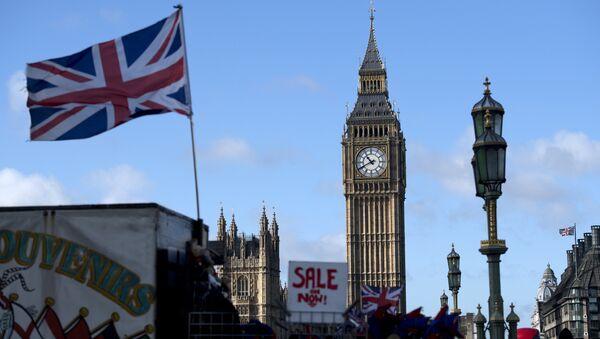 Le drapeau britannique devant le Big Ben à Londres - Sputnik France