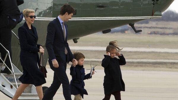 Иванка Трамп с мужем Джаредом Кушнером и детьми на базе морской авиации Энрюс - Sputnik France
