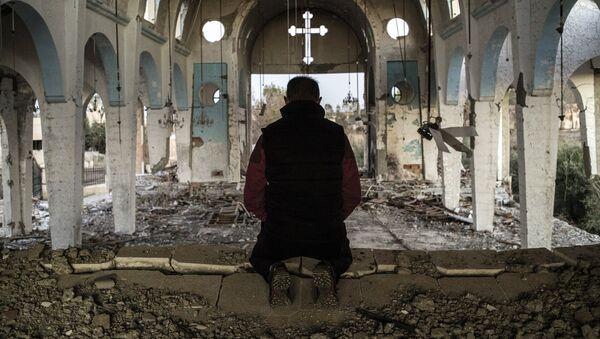 Un résident d'un village de la province d'al-Hasake au nord-est de la Syrie prie dans l'église Saint-Georges détruite par des terroristes d'État islamique. - Sputnik France