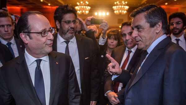 French President Francois Hollande (L) talks with French presidential election candidate for the right-wing Les Republicains (LR) party Francois Fillon (R) during the 32nd annual dinner of the Jewish Institutions Representative Council (Conseil Representatif des Institutions juives de France - CRIF) in Paris, on February 22, 2017. - Sputnik France