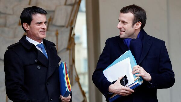 French Prime Minister Manuel Valls (L) and Economy Minister Emmanuel Macron (R) leave the Elysee palace in Paris, France, following the weekly cabinet meeting, March 9, 2016. - Sputnik France