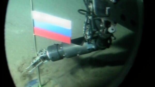 Un opérateur de mini-sous-marin russe plante une capsule de titane avec le drapeau russe pendant une plongée record dans l'océan Arctique sous la glace au pôle Nord - Sputnik France
