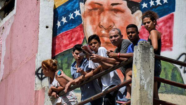 Граффити с изображением бывшего президента Венесуэла Уго Чавеса в Каракасе - Sputnik France