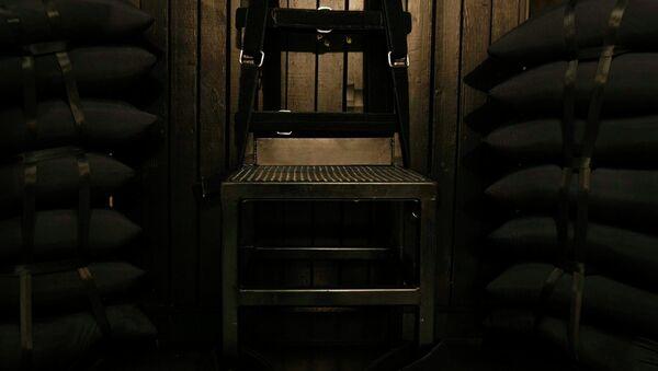 Les trous de balle  dans le panneau de bois derrière la chaise dans la chambre d'exécution de la prison de l'État de l'Utah après que Ronnie Lee Gardner a été exécutée par un peloton de tir - Sputnik France
