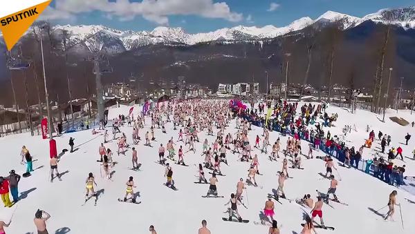 Le carnaval Boogel Woogel : les skieurs en maillot de bain, les snowboardeurs en slip - Sputnik France