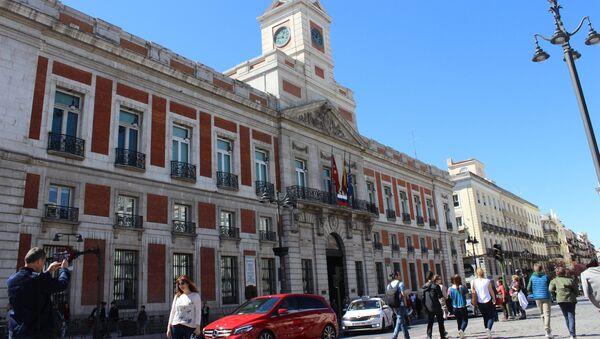 На центральной площади Мадрида вывесили флаг РФ в память о жертвах взрыва в Петербурге - Sputnik France