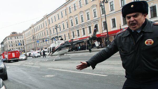 Сотрудник полиции у станции метро Технологический институт в Санкт-Петербурге, где произошел взрыв. - Sputnik France