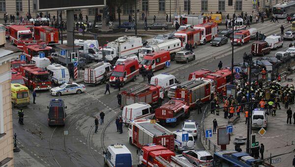 Les secouristes sur les lieux de l'attentat de Saint-Pétersbourg - Sputnik France