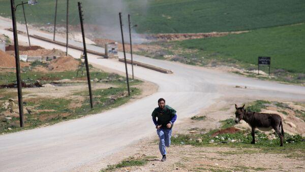 Un médico sirio corriendo durante un ataque al hospital en Idlib - Sputnik France