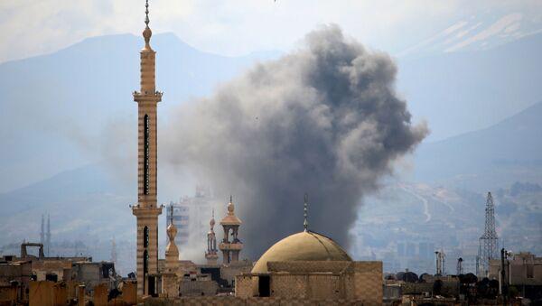 Дым после взрыва на востоке Дамаска, Сирия - Sputnik France