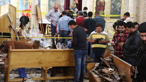 A general view shows forensics collecting evidence at the site of a bomb blast which struck worshippers gathering to celebrate Palm Sunday at the Mar Girgis Coptic Church in the Nile Delta City of Tanta, 120 kilometres (75 miles) north of Cairo, on April 9, 2017 - Sputnik France