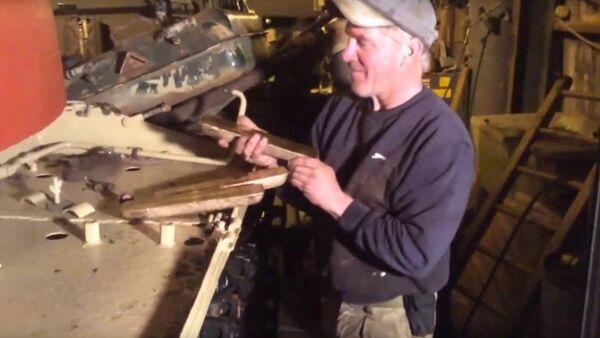 Quand un Britannique découvre des lingots d'or dans un vieux T-54 soviétique - Sputnik France