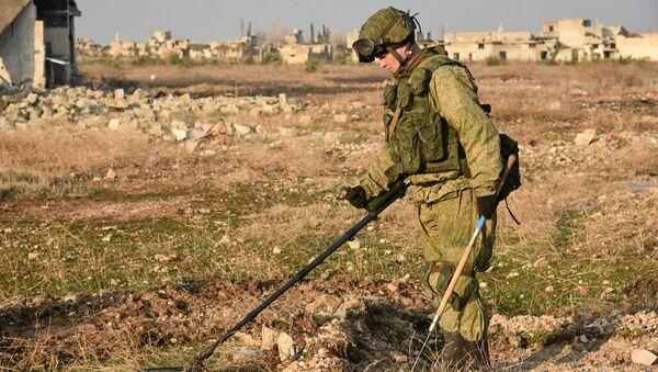 Un sapeur russe recherche les mines en Syrie - Sputnik France