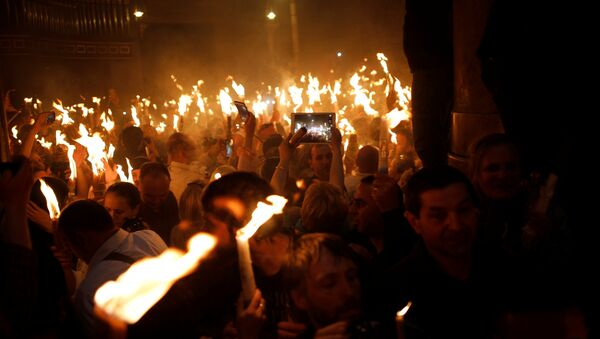 Christian worshippers take part in the Christian Orthodox Holy Fire ceremony at the Church of the Holy Sepulchre in Jerusalem's Old City, April 15, 2017 - Sputnik France