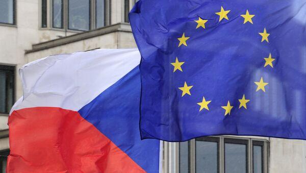 Les drapreaux tchèque et de l'UE - Sputnik France