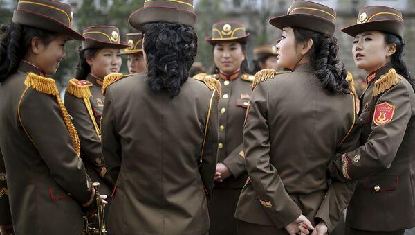 North Korean military band members chat before a military parade on Saturday, April 15, 2017 - Sputnik France