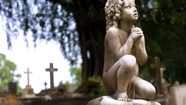 An old headstone stands in the Bidadari Cemetery, Singapore, Sunday, Feb. 17, 2002 - Sputnik France
