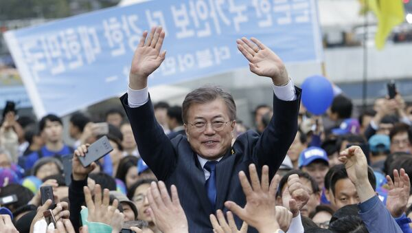 South Korea's presidential candidate Moon Jae-in from the Democratic Party waves to supporters during a presidential election campaign in Seoul, South Korea, Monday, April 17, 2017. - Sputnik France