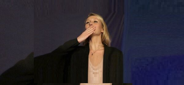 Far right National Front party regional leader for southeastern France, Marion Marechal-Le Pen blows a kiss to supporters , at a meeting with supporters, after the first round of the regional elections, in Carpentras, southern France, Sunday, Dec. 6, 2015. - Sputnik France