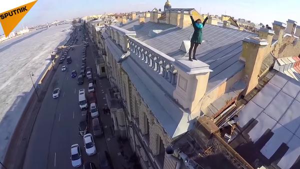 Une promenade vertigineuse sur les toits de Saint-Pétersbourg et Moscou - Sputnik France