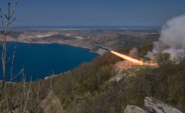 Les manœuvres tactiques de la flotte de la mer Noire en Crimée - Sputnik France