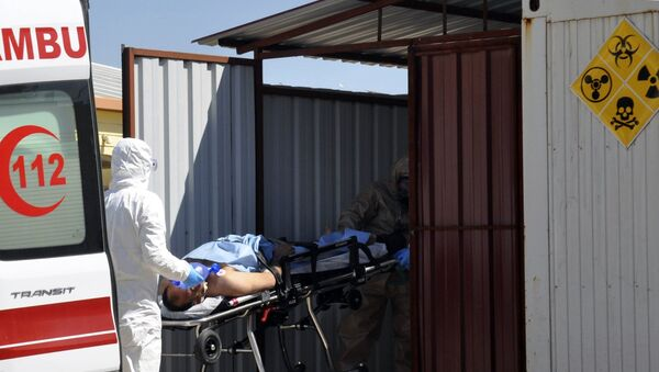 Turkish experts evacuate a victim of a suspected chemical weapons attacks in the Syrian city of Idlib, at a local hospital in Reyhanli, Turkey, Tuesday, April 4, 2017. - Sputnik France