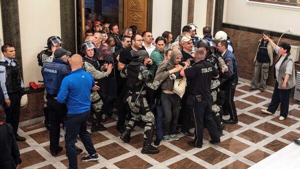 Une foule fait irruption au parlement macédonien - Sputnik France
