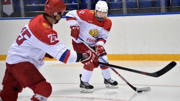 Le Président le plus sportif du monde: Poutine s'entraine au hockey à Sotchi - Sputnik France