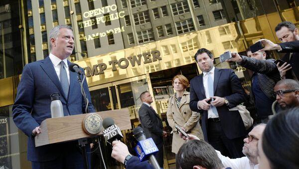 Le maire de New York, Bill de Blasio, parle lors d'une conférence de presse devant Trump Tower suite à une réunion avec le président élu Donald Trump, mercredi 16 novembre 2016, à New York - Sputnik France