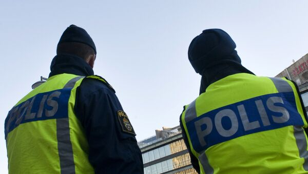 Swedish policemen patrol on December 12, 2010 around the Drottninggatan shopping street in Central Stockholm, a day after an apparent car bomb and a separate blast targeted Christmas shoppers. - Sputnik France
