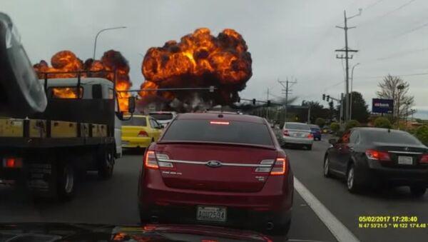 Un avion léger tombe sur une autoroute aux USA (vidéo) - Sputnik France