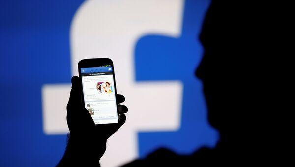 Silence, Zuckerberg vous écoute par le micro de votre portable - Sputnik France