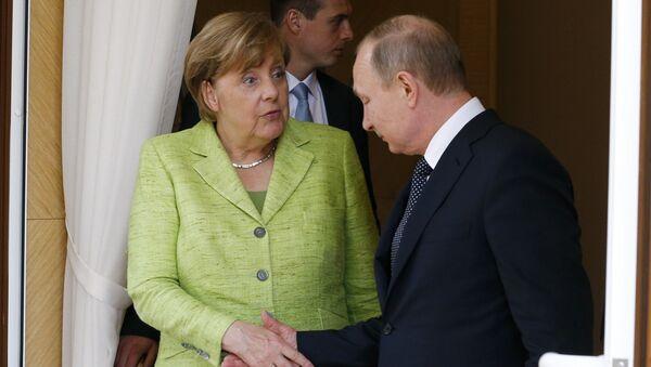 German Chancellor Angela Merkel shakes hands with Russian President Vladimir Putin as she leaves the Bocharov Ruchei state residence in Sochi, Russia, May 2, 2017. - Sputnik France