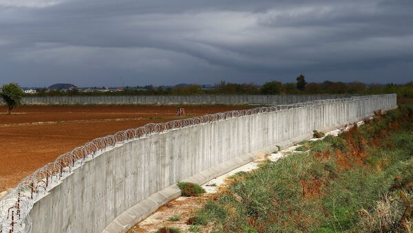 A wall along the border between Turkey and Syria is seen near the southeastern village of Besarslan, in Hatay province, Turkey, November 1, 2016 - Sputnik France