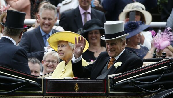 Britain's Queen Elizabeth II, looks up as Prince Philip, right, waves during their arrival by carriage on the first day of the Royal Ascot horse race meeting at Ascot, England, Tuesday, June, 14, 2016 - Sputnik France