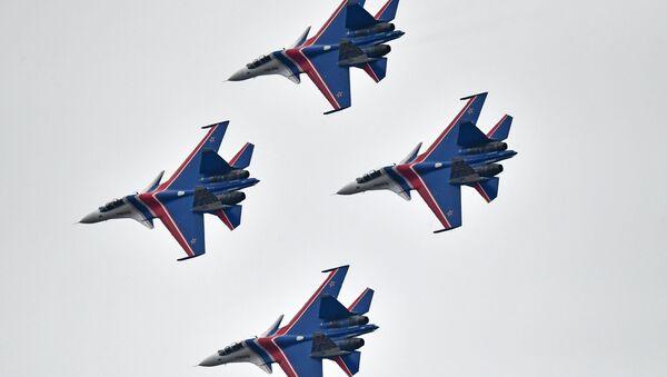 Многоцелевые истребители Су-30СМ пилотажной группы Русские Витязи во время репетиции воздушной части Парада Победы - Sputnik France