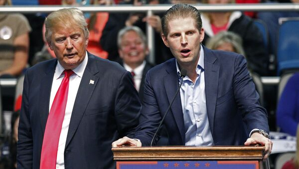 Republican presidential candidate Donald Trump, left, listens as his son Eric Trump speaks during a rally in Biloxi, Miss., Saturday, Jan. 2, 2016. - Sputnik France