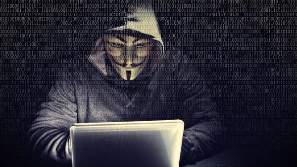 Хакер в маске Гая Фокса перед ноутбуком - Sputnik France