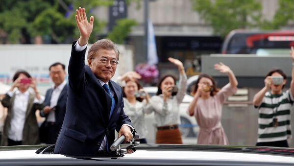 South Korean President Moon Jae-in waves as he heads for the Presidential Blue House in Seoul, South Korea, May 10, 2017. - Sputnik France