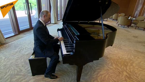 Vladimir Poutine remet ça et joue du piano - Sputnik France