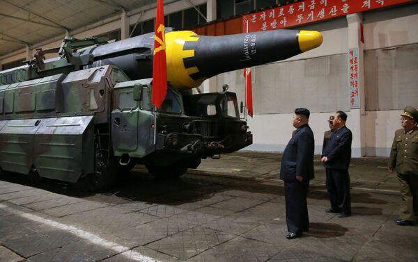 Le dirigeant de la Corée du Nord Kim Jong-un avant le lancement du missile balistique de moyenne portée Hwasong-12. - Sputnik France