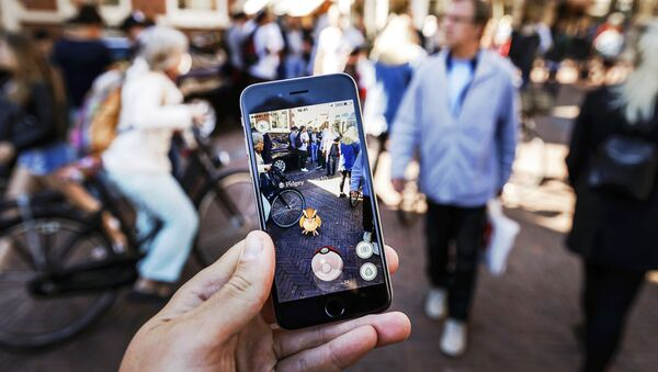 Gamers play with the Pokemon Go application on their mobile phone, at the Grote Markt in Haarlem, on July 13, 2016 - Sputnik France